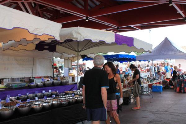 Artisanat local et produit du terroir sur le marché nocturne de Messanges, sous la halle couverte